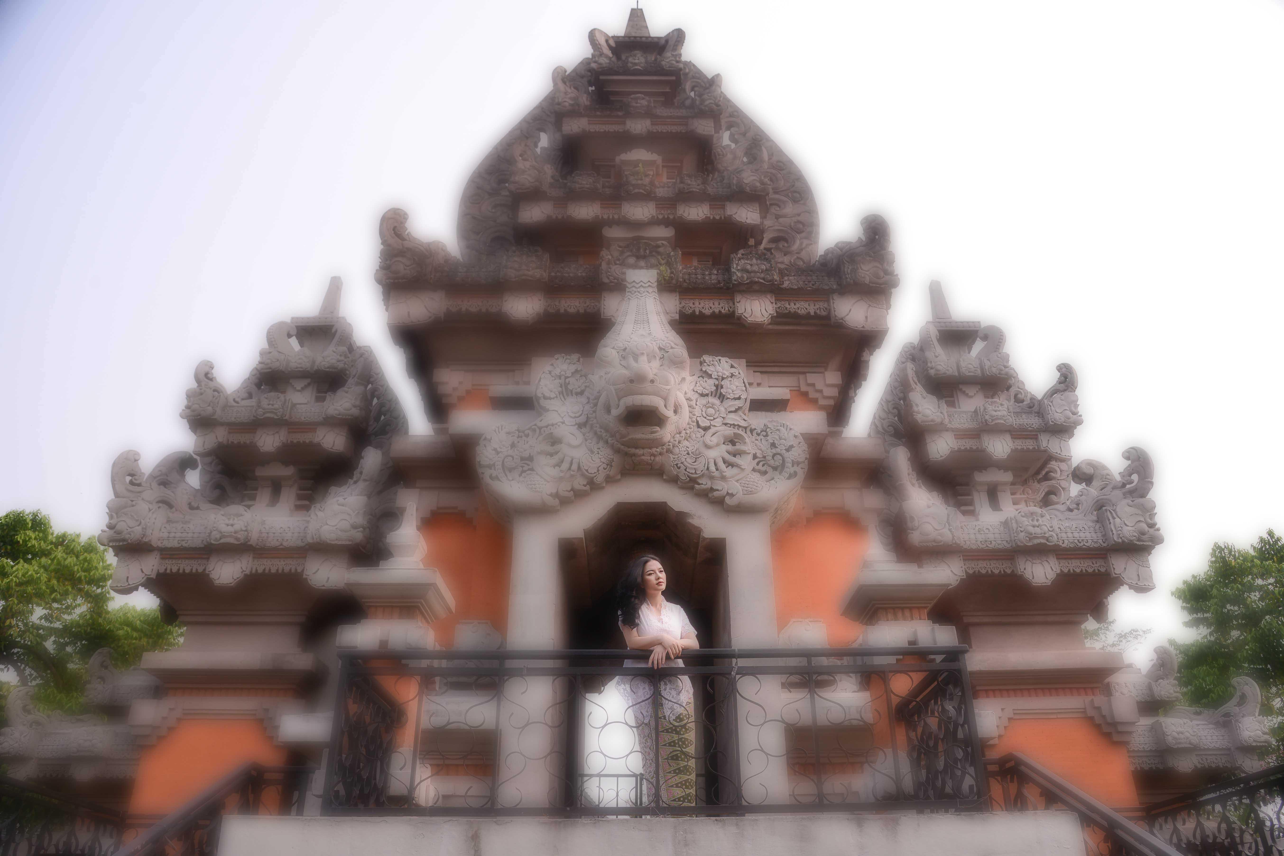 Lý Nhã Kỳ đẹp dịu dàng trong trang phục Batik của Indonesia