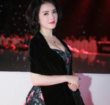 Lý Nhã Kỳ đẹp lạ với phong cách quý cô thập niên 50