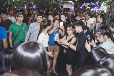 Lý Nhã Kỳ gây 'náo loạn' tại quảng trường Nguyễn Huệ