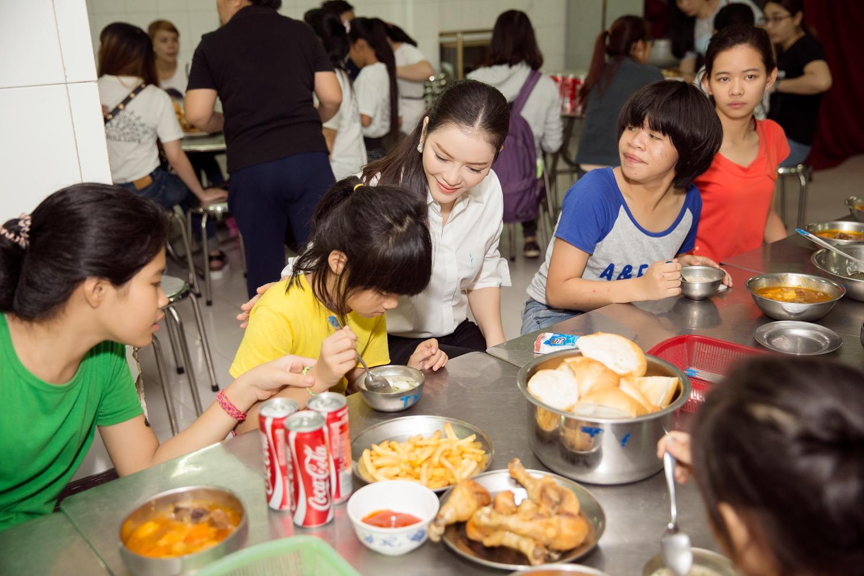 Lý Nhã Kỳ giản dị vui chơi cùng trẻ em cơ nhỡ tại Trung tâm Bảo trợ trẻ em Tam Bình