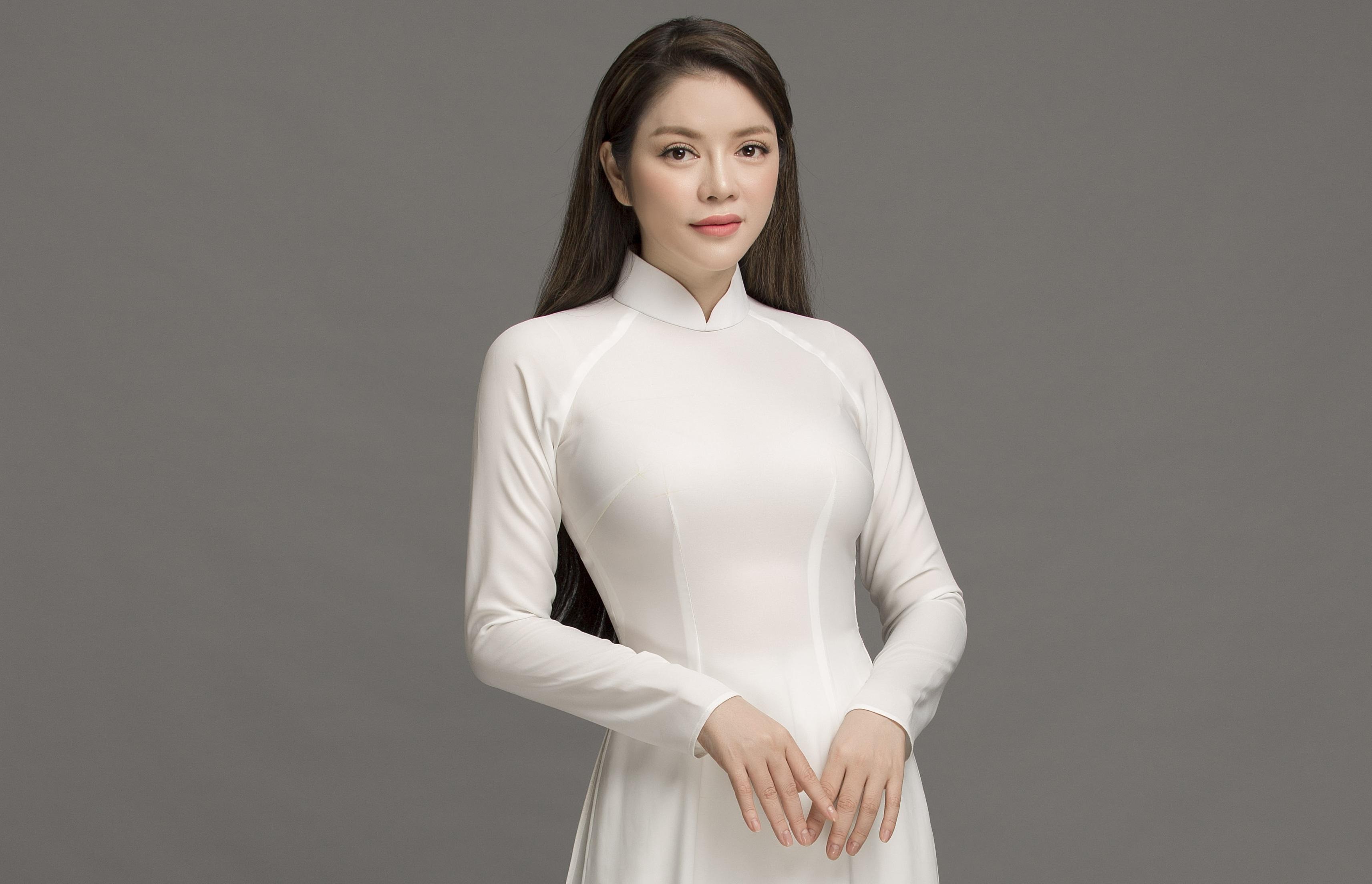 Lý Nhã Kỳ nền nã áo dài trắng nữ sinh với nhan sắc vượt thời gian
