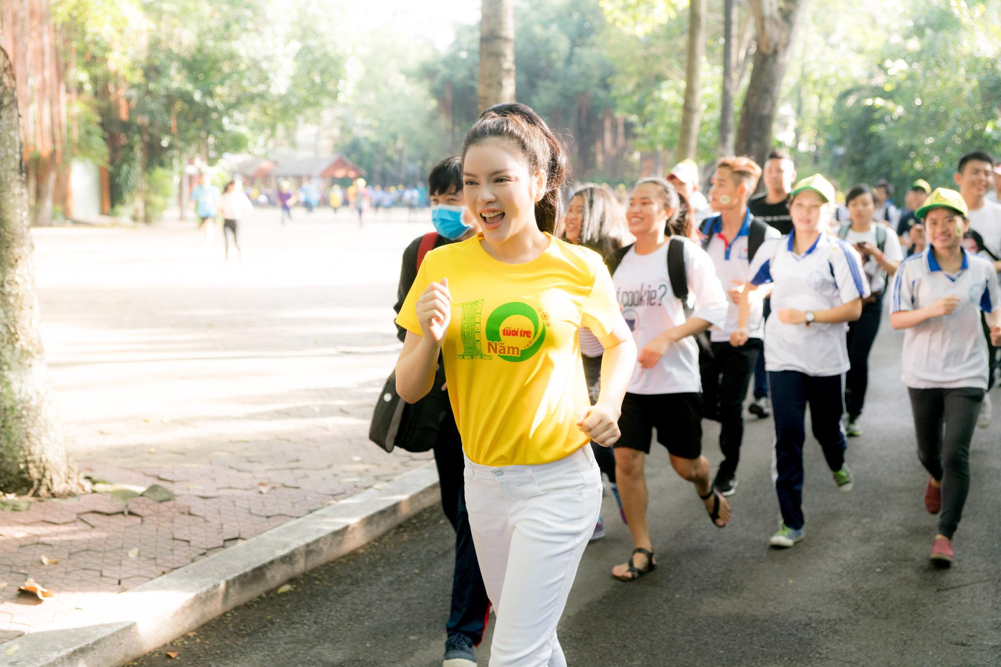 Lý Nhã Kỳ được fan vậy kín khi tham gia hoạt động từ thiện chạy bộ vì bệnh nhi ung thư