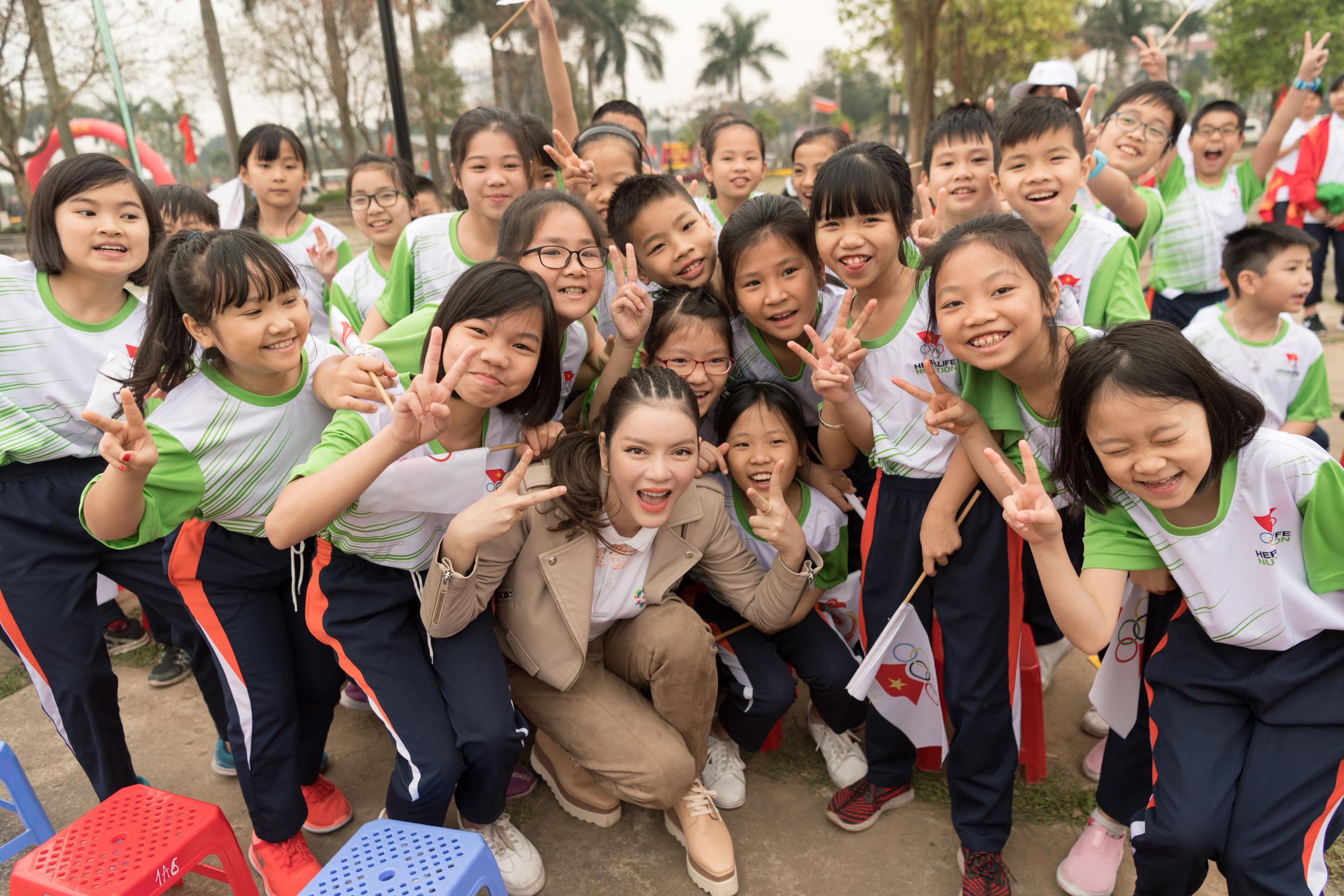 Lý Nhã Kỳ trẻ trung đầy sức sống tham gia chạy hưởng ứng Asiad 18