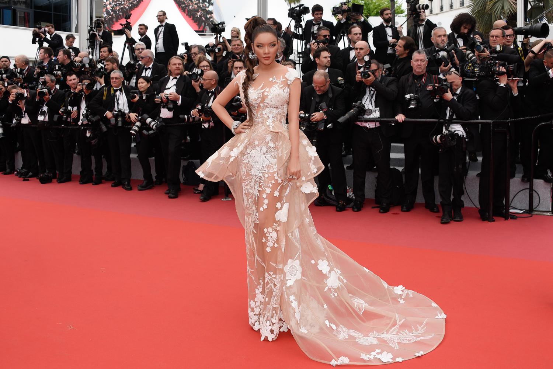 Ngày hai trên thảm đỏ Cannes, Lý Nhã Kỳ làm bà hoàng chiếm trọn vẹn spotlight